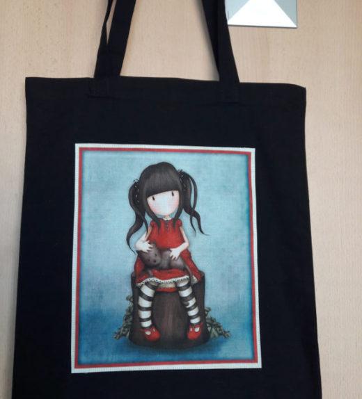 Černá plátěná taška s motivem panenky s kočkou 03