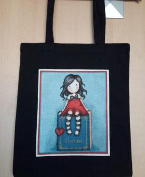 Plátěná nákupní taška s motivem sedící panenky se srdcem