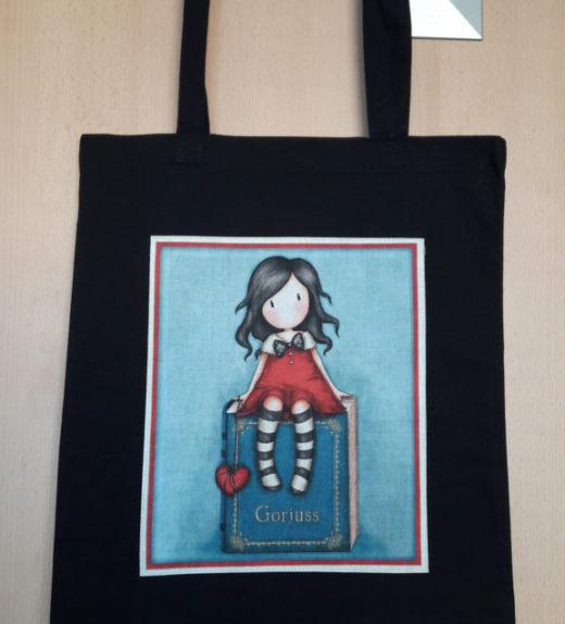 Plátěná nákupní taška s motivem panenky Goriuss sedící panenky se srdcem