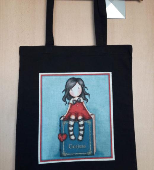 Plátěná nákupní taška s motivem panenky Goriuss sedící panenky se srdcem 02