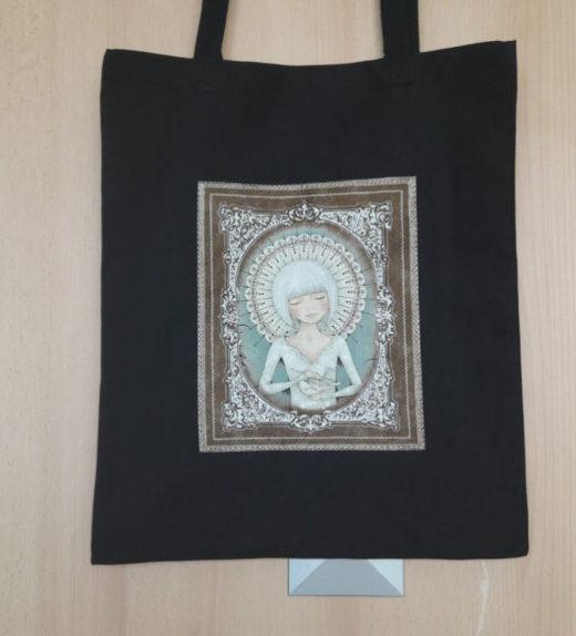 Černá nákupní taška s meditující ženou 02