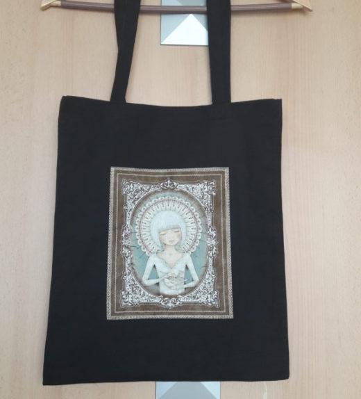 Černá nákupní taška s meditující ženou