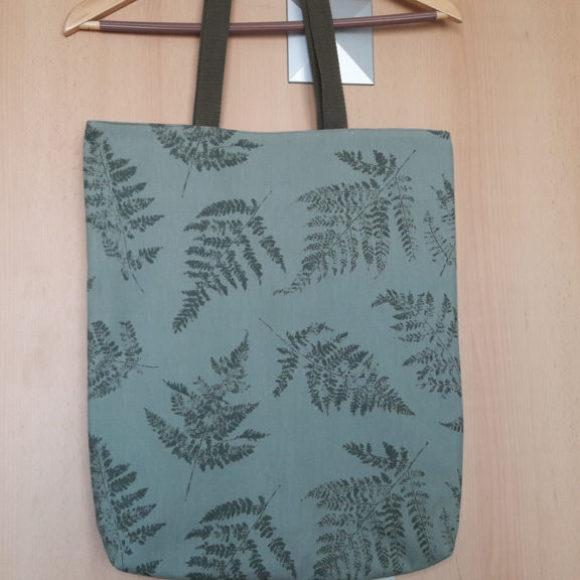 Modrá nákupní taška se vzorem kapradí 03